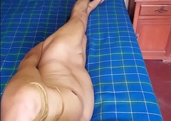 Hago mis positions eroticas en mi camita donde atiendo a mis clientes y exibiendome calatita...