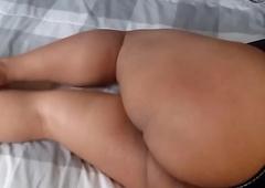 bootie gordo esperando en glacial cama
