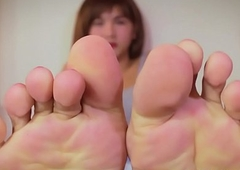 Tatted shelady gushes their way hairbrush toes