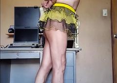 Exibiendo faldita amarilla y sosten amarillo en mi cuerpo desnudo, femenino y erotic mostrando mis nalgas...